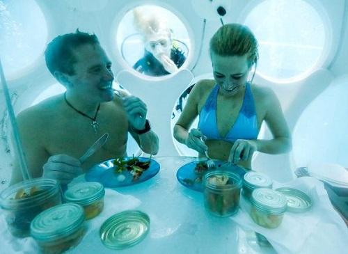 比利时全球最深泳池推出水下餐厅